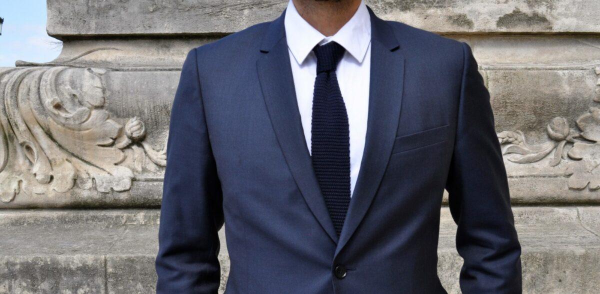 a la cravate