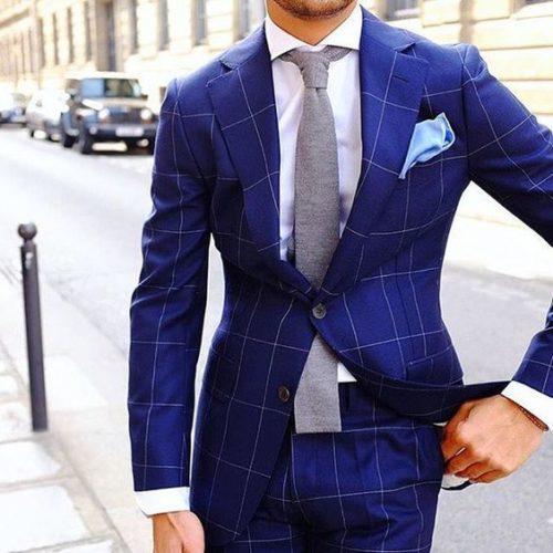 costume bleu à carreaux et chemise blanche